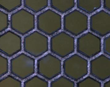 チタンの薄板に六角穴をトリミング加工