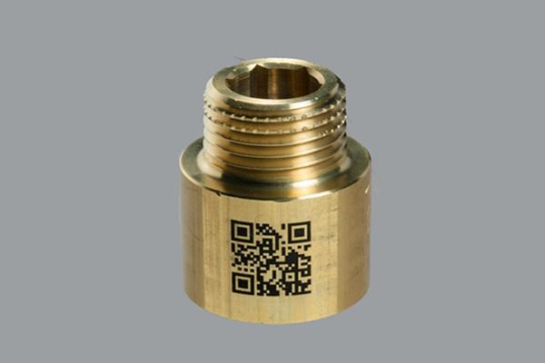 配管部品へのQRコード刻印